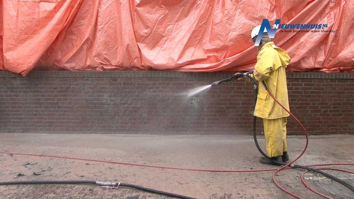 Schone muur na behandeling met olivinezand