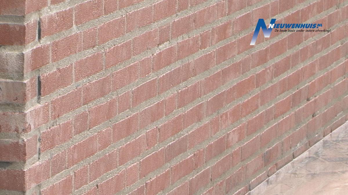 Nieuwenhuis reinigt muren en vloeren met milieuvriendelijk olivinezand
