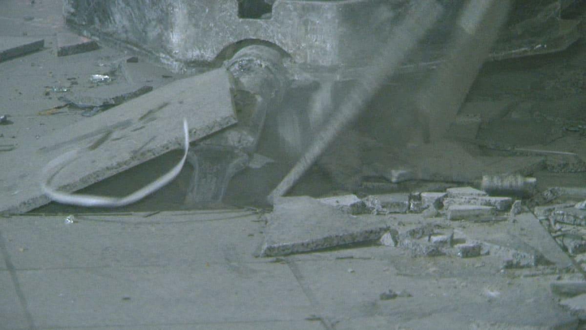 Stenen tegelvloer machinaal slopen door Nieuwenhuis