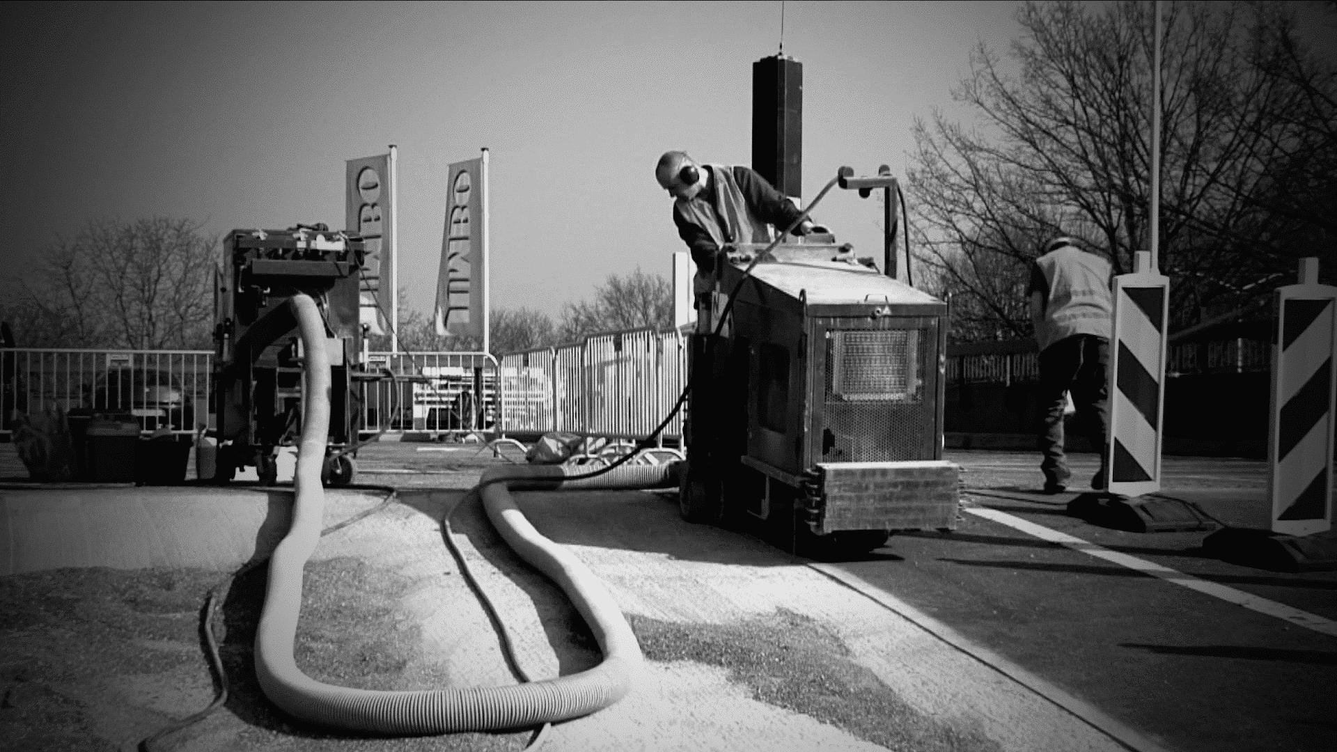 Nieuwenhuis freest met een fijne rol en afzuiging de versleten slijtlaag van beton van een Jumbo supermarkt.